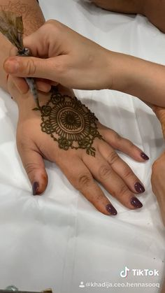 Applying a henna body art design that is mandala inspired. How to draw henna designs. Applying a henna body art design that is mandala inspired. How to draw henna designs. Henna Hand Designs, Small Henna Designs, Henna Tattoo Designs Simple, Beginner Henna Designs, Mehndi Designs 2018, Dulhan Mehndi Designs, Wedding Mehndi Designs, Mehndi Designs For Fingers, Mehndi Design Images