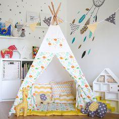 Детская: вигвам, наклейки на стену вместо обоев, книги и игрушки на полках в качестве интерьера, домик для фигурок