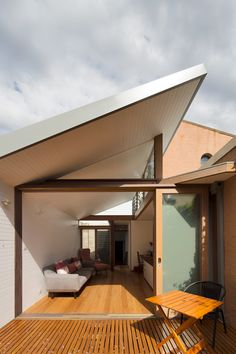 Adriano Pupilli Architects has designed a Courtyard House in Sydney's Petersham that fits its charming design snuggly between terrace houses. Concept Architecture, Residential Architecture, Modern Architecture, Modern Courtyard, Courtyard House, Narrow House, Basement House, Home Studio, Garden Studio