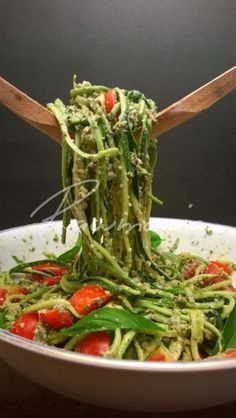 Spaghetti with Pesto and Cherry Tomatoes - 12 Super Vegetable Spaghetti. - Food -Zucchini Spaghetti with Pesto and Cherry Tomatoes - 12 Super Vegetable Spaghetti. Raw Vegan Recipes, Healthy Dinner Recipes, Whole Food Recipes, Vegetarian Recipes, Cooking Recipes, Healthy Food, Super Food Recipes, Food Recipes Summer, Vegetable Recipes