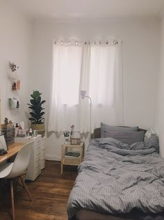 New room decor small bedroom space saving desks 58 ideas Room Inspiration, House Rooms, Small Room Bedroom, Dorm Room Inspiration, Simple Bedroom, Aesthetic Bedroom, Bedroom Design, Minimalist Room, Room Interior