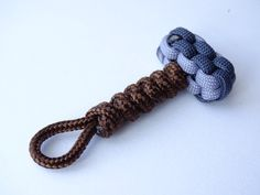 How To Make a Paracord Thor's Hammer Keychain -Box Knot / Snake Knot Paracord Mjolnir - CBSY Another suggestion of how to create a Thor's Hammer using paraco. Snake Knot Paracord, Paracord Braids, Paracord Keychain, Paracord Bracelets, Yarn Bracelets, Survival Bracelets, Paracord Tutorial, Bracelet Tutorial, Diy Bracelets Easy