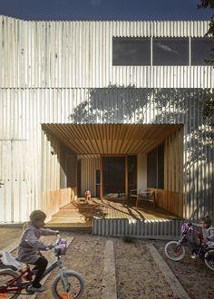 a f a s i a: Fmd Architects woning terras inpandig gevel hout latten binnen-buiten