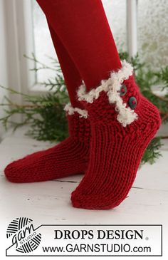 """Knitted DROPS Christmas socks in """"Eskimo"""" with crochet border in """"Puddel"""". ~ DROPS Design - free pattern, need to brush up on my knitting skills for this one Knitted Slippers, Crochet Slippers, Knit Crochet, Crochet Granny, Knitting Patterns Free, Free Knitting, Crochet Patterns, Free Pattern, Border Pattern"""