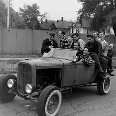 High School Teenagers, Des Moines, Iowa, 1947 (photo by George Skadding) Old Photos, Vintage Photos, Vintage Postcards, Rockabilly, Old Hot Rods, Classic Hot Rod, Classic Cars, Photo Memories, Teen Boys