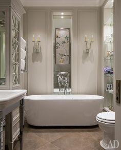 Ванная комната. Сантехника Devon Devon. Шкафы изготовлены по эскизам декоратора. Бра Visual Comfort.