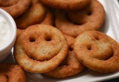Mosolygós lapcsánka Onion Rings, Doughnut, Main Dishes, Ethnic Recipes, Desserts, Food, Main Course Dishes, Tailgate Desserts, Entrees