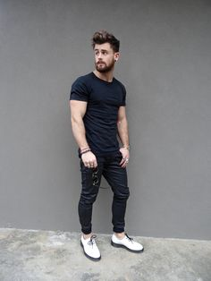 Black on Black-Black Plain Tshirt styled with black denims and white boots Fashion Moda, Look Fashion, Mens Fashion, Fashion Tips, Hot Men, Mode Swag, Look Man, Street Style Summer, Mode Style