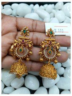 Gold Jhumka Earrings, Indian Jewelry Earrings, Jewelry Design Earrings, Gold Earrings Designs, Gold Jewellery Design, Designer Earrings, Bridal Jewelry, Jhumka Designs, India Jewelry