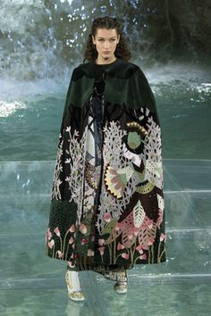 Показ Fendi коллекции сезона Осень-зима 2016-2017 года haute couture - www.elle.ru