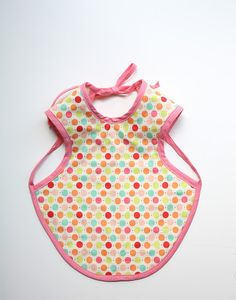 "the ""bapron"" baby apron tutorial, covers and stays in place better than an average bib! Sewing For Kids, Baby Sewing, Free Sewing, Sewing Tutorials, Sewing Projects, Apron Tutorial, Tutorial Sewing, Bib Pattern, Free Pattern"