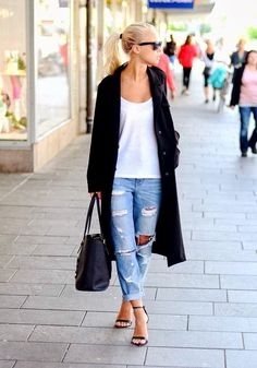 Distressed boyfriend jean, the perfect casual look