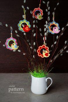 A Little Crochet Bird Sitting On A Wreath - Ornament - Ravelry: A Little Crochet Bird Sitting On A Wreath – Ornament pattern by zoom yummy - Crochet Birds, Easter Crochet, Crochet Animals, Crochet Flowers, Crochet Home, Crochet Crafts, Crochet Projects, Diy Crafts, Crochet Wreath