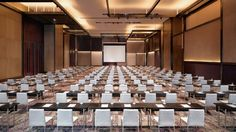 With the flexibility of world class conference facilities and marvelous ballrooms, Hyatt Regency Tianjin East is the ideal choice for events planning from business meetings to wedding ceremonies. Hotel Conference Rooms, Conference Facilities, Function Hall, Public Hotel, Hotel Meeting, Ceiling Detail, Hall Design, Hotel Interiors, Landscape Design