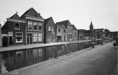 De oostzijde van de Raam in 1960. Zes huizen zijn gesloopt voor de bouw van een modern flatgebouw ( .... ) De twee huizen links op de foto zijn blijven staan.