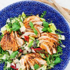 Italiensk kycklingsallad med grillade grönsaker och parmesan - Recept - Tasteline.com Parmesan, Food Hacks, Cobb Salad, Zucchini, Healthy Recipes, Healthy Foods, Chicken, God, Grilling