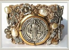 brazalete color beige con medalla de San Benito