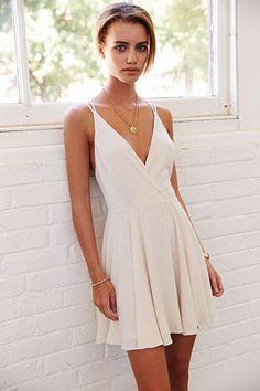 O vestido branco é super leve. As duas alcinhas são o charme do modelo!