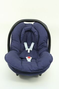 Cosy cover for your Maxi-Cosi Citi baby car seat in blue with little dots. The cover keeps your baby cozy, warm and comfortable! It easily fits perfectly over the regular Maxi-Cosi Citi baby car seat without removing anything. The cover is made of 100 % cotton and is machine washable.