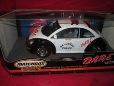 VW-New-Beetle-Belleview-policia-negro-y-blanco-1-18-modelos-Matchbox