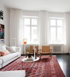 white curtains living room.  Un suelo negro Este s GET THE LOOK White Linen Drapes Nature decor Linens and Living rooms