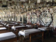 """Um bar que possui todas as suas paredes preenchidas com papéis e bilhetes do mundo inteiro. Ao entrar no Bar do Arante, que fica na praia Pântano do Sul, emFlorianópolis (SC), você com certeza vai se impressionar com a quantidade de bilhetes nas paredes. São recados de todos os tipos e de toda parte do...<br /><a class=""""more-link"""" href=""""https://catracalivre.com.br/geral/viagem-acessivel/indicacao/o-bar-dos-bilhetes-em-santa-catarina/"""">Continue lendo »</a>"""