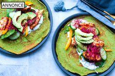 Spinatpandekager er nem og sund mad, og her er pandekagerne lavet med spinat, og de serveres med stegt Frijsenborg kylling og avocado.