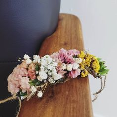 WEDDING FLOWER DOG COLLAR F l o r a l S t y l i s t  (@pebbleanddot)  The sweetest little flowers to tie on the pups collar 🐕
