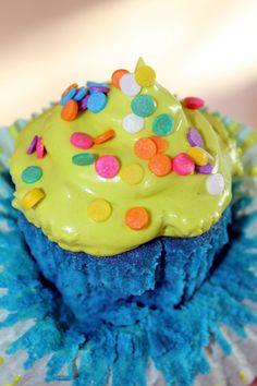 Cupcake colorido, massa e marshmallow