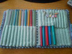 Efter efterfrågan på mönster på mitt virknålsfodral så lägger jag nu upp mönstret här Garn: Drops Muskat Virknål: 3 mm Insidan Börja med att lägga upp 41 lm. Varv 1: Börja i andra lm från nålen… Crochet Hook Case, Crochet Hooks, Knit Crochet, Crochet Patterns, Knitting, Fountain Pens, Diagram, Knitting And Crocheting, Tricot