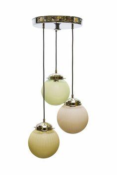 € 295,00 - Design lampen. Chromen plafondplaat, uit de plafondplaat komen drie snoeren (af te stellen naar wens) Waaraan drie zilverkleurige glashouders met drie schroefjes die frost glazen bollen vasthouden. De drie glazen bollen verschillen onderling van kleur. Een roze bol, een groene bol en een licht gele bol. Een lamp als dit wordt ook wel een 'Cascade' genoemd. Prachtige hanglamp!