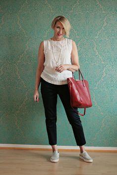 Ärmellose weiße Bluse zur blauen Chino-Hose - Sleeveless blouse with dark pants