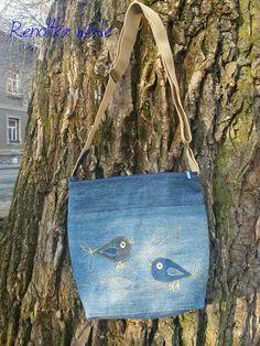 """Kabelka+jeansová+""""Ptáci""""+Volnočasová+kabelka+pro+velké+i+malé+holky.+Na+přední+straně+aplikace+ptáčků,+vzadu+bez+zdobení.+Lehounká,+pevně+vyztužená+a+podšitá+uvnitř+zlatooranžovou+saténovou+podšívkou,+vnitřní+malá+kapsička.+Kabelka+se+zapíná+na+zip.+Celá+kabelka+je+z+recyklované+džínoviny,+poctivě+ušitá.+Popruh+posunovatelný,+šíře+4+cm+Velikost+:+25,5+x..."""