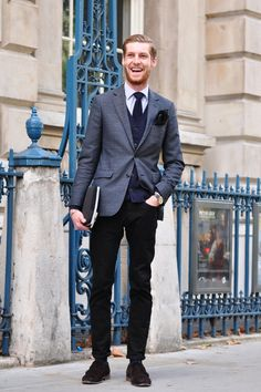 Love mixing really formal with really casual! Take a jacket, shirt, tie & pocket square, teamed with jeans & boots; makes for a really chic, international look for a guy! Style Simple, Style Casual, Cool Style, Men Casual, Men's Style, Swag Style, London Street Style Men, London Style, Coaching