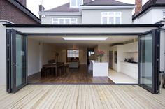 Dit zou veel opbrengen qua licht en ruimte!  Light and spacious extension design using a wide opening coupled with a skylight.