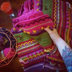 Ska på pysselhäng idag å funderade på om jag skulle ta med mig Sophie men vek ihop den.....sååå tung & stor!! 4 varv kvar! Vill bara bli klar  #sophiesuniverse#virka#färgförfan#garn#crochetblanket#crochetlove by naturlig_