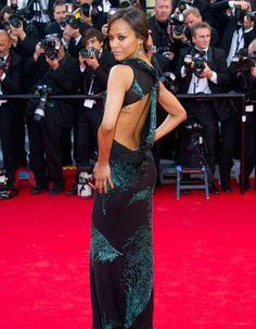 Zoe Saldana a opté pour un look gothique et romantique jeudi soir. Pour se rendre à la première du film de Mike Leigh, « Mr. Turner », l'actrice a choisi une robe ajustée, signée par le créateur Jason Wu. http://www.elle.fr/Cannes/Look-de-stars/Le-look-du-jour-de-Cannes-Zoe-Saldana-dos-nu-sur-tapis-rouge-2705175
