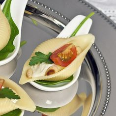 Amuse mozzerella in pasta shell Tapas, Healthy And Unhealthy Food, Healthy Snacks, Catering, I Want Food, Food Log, Work Meals, Good Food, Yummy Food