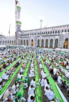 Iftar at Masjid-Al-Haram, Makkah. From Islamic Thinking fb Masjid Haram, Mecca Masjid, Islamic City, Hajj Pilgrimage, Green Dome, History Of Islam, 4k Wallpaper For Mobile, Mekkah, Islamic Wallpaper