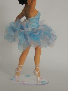 Topo de bolo 15 anos , confeccionado em biscuit - Porcelana fria , totalmente a mão .  personalizado conforme caracteristicas da cliente  Através de fotos da debutante e do vestido .