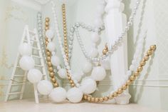 Фотозона с шарами на новый год | Бусы из шаров | Идеи для фотосессии | White gold balloons photoshoot christmas new year уму party ideas