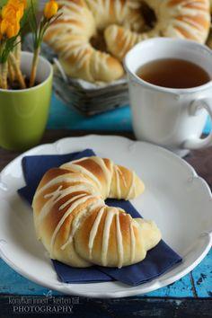...konyhán innen - kerten túl...: Joghurtos sós kifli #kifli #sóskelt… Hungarian Cuisine, Bread Rolls, Bread Recipes, Bakery, Breakfast, Food, Pizza, Yogurt, Essen
