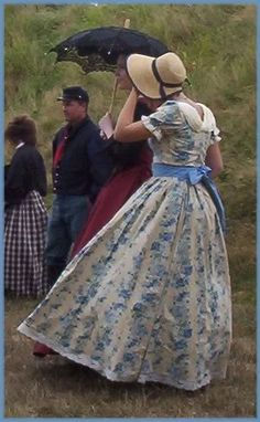 Civil War reenactment. Another short sleeves dress, and I love the straw bonnet.