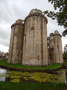 Nunney Castle in Somerset, England Beautiful Castles, Beautiful Buildings, Beautiful Places, Great Places, Places To See, Somerset England, England Uk, Places In England, English Castles