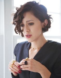 Hair - short, side parted curls. | Carré plongeant bouclé