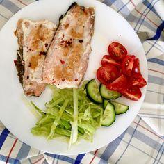 Salmon, iceberg lettuce, cucumber, tomatoes = quick easy healthy lunch / Losos, okurka, rajče, ledový salát neboli snadný rychlý zdravý oběd Tuna, Lettuce, Cucumber, Seafood, Fish, Healthy, Instagram, Sea Food, Pisces