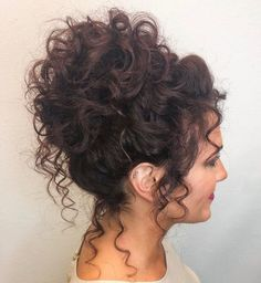krullend haar 60 styles and cuts for naturally curly hair - Samantha .- 60 Stile und Schnitte fr natrlich lockiges Haar Samantha Fashion Life 60 styles and cuts for naturally curly hair voluminous high curly bun updo - Curly Hair Tips, Long Curly Hair, Curly Girl, Updo Curly, 3b Hair, Messy Curly Bun, Curly Up Do, Curly Hair Updo Tutorial, Curly Hair With Fringe