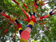Quem poderia imaginar árvores com troncos revestidos com crochê? Em seus trabalhos de 2003 e 2004, a artista canadense Janet Morton  explor...