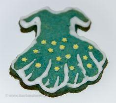 Keks in Kleiderform/dress cookie. Zum Rezept/Find the recipe here: http://www.backzauberin.de/gebaeck-kekse/ausstecherle/