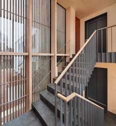 Steel Stairs Design, Railing Design, Staircase Design, Stair Handrail, Staircase Railings, Stairways, Floating Staircase, Modern Staircase, Narrow Hallway Decorating